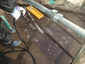 2015.02.6N様⑭下屋根トタン部高水圧洗浄施工中