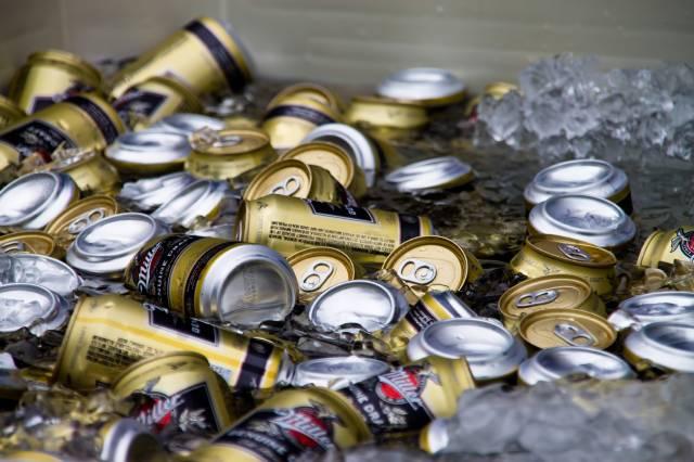 お祭り氷水に浮く缶ビール