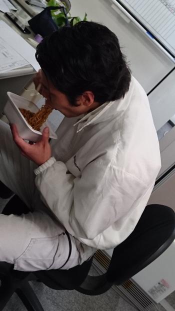 20160216梶原チョコソース焼きそばを食べる