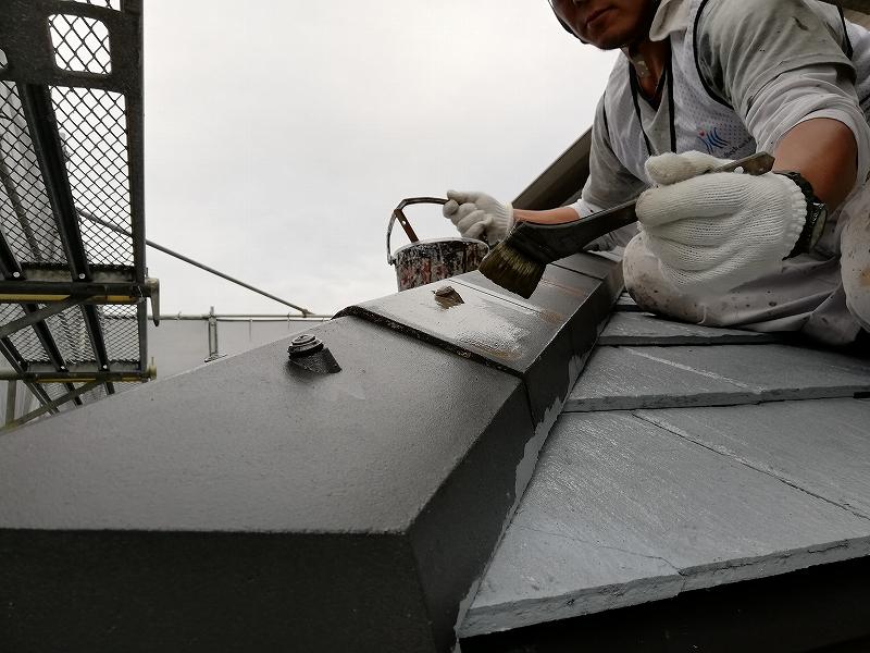 屋根中塗り施工中 (6)