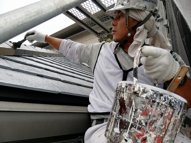 屋根中塗り施工中 (5)